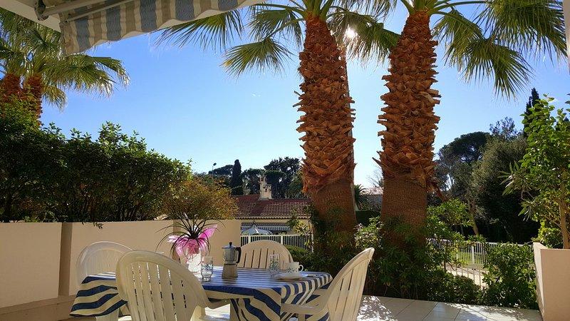 Grande terrasse pour ce studio en bord de mer dans résidence avec clim, parking, holiday rental in Saint-Raphael