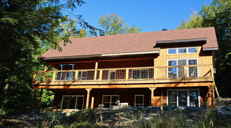 enchanting woodland chalet on Lake Memphremagog, 4-season, private beach, very c, holiday rental in Orford