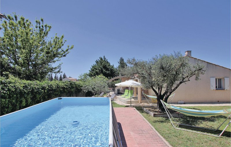 Awesome home in Chateaurenard with WiFi, 3 Bedrooms and Outdoor swimming pool (F, aluguéis de temporada em Chateaurenard