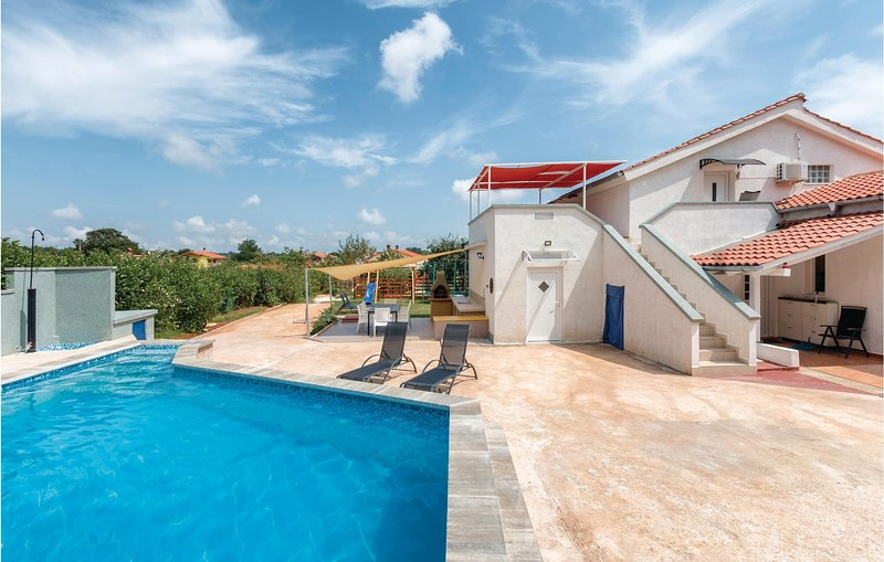 Stunning home in Radeki Glavica with WiFi, 1 Bedrooms and Outdoor swimming pool, casa vacanza a Muntic