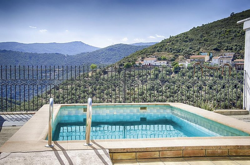 Amazing villa with swimming-pool, location de vacances à Virgen de la Cabeza