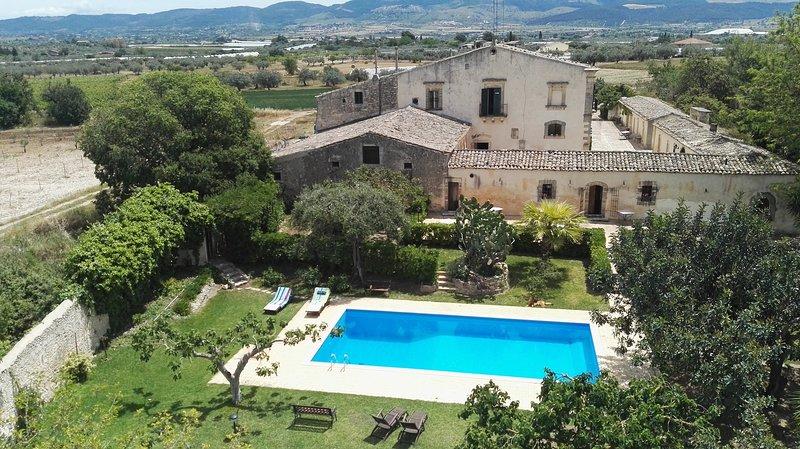 Amazing villa with swimming-pool, vacation rental in Licodia Eubea