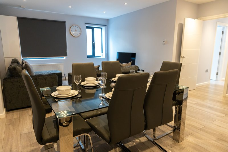 London Heathrow Serviced Apartments - Bath Road by Riis Property, vacation rental in Hampton Hill