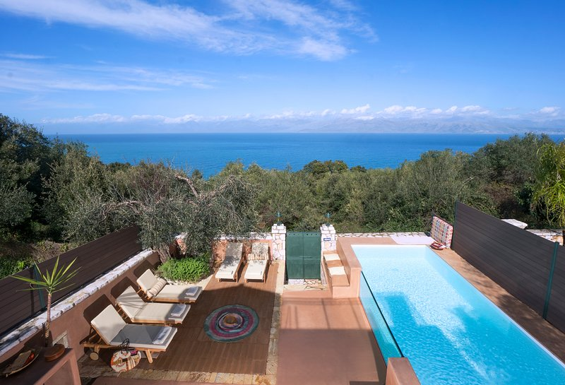 Luxury Cottage with Private Pool, location de vacances à Peroulion