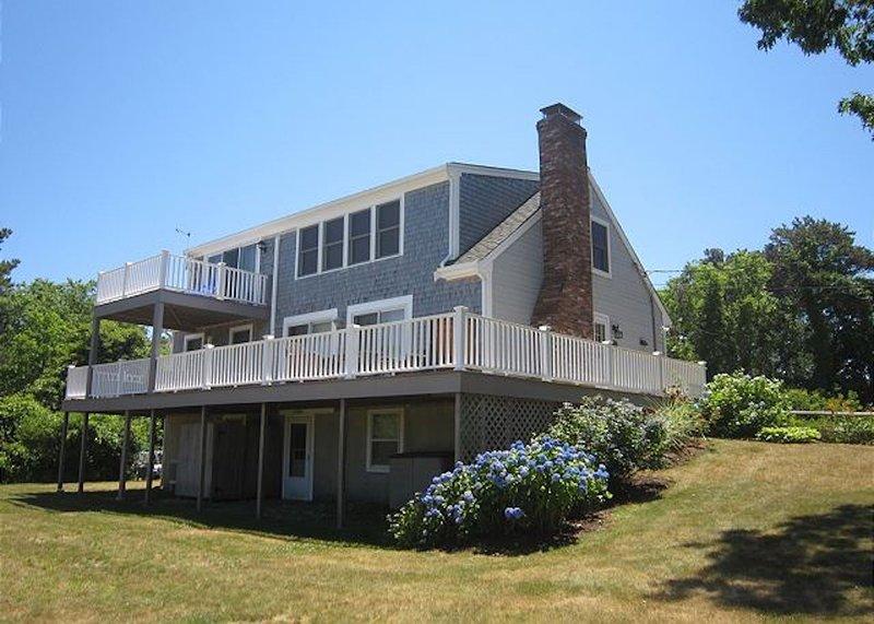 #807: Classic Cape Charm w/ Beautiful Water Views! Walk to Beach, Dog Friendly!, location de vacances à Brewster