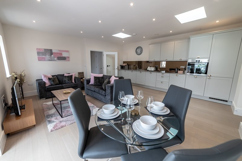 Reading Green Park Village Serviced Apartment by Riis Property, holiday rental in Sherfield On Loddon