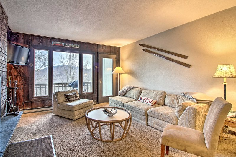 Ski-In/Ski-Out Pico Mountain Townhome w/ Fireplace, alquiler de vacaciones en Pittsfield