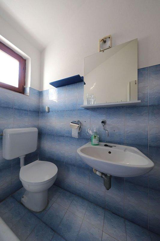 H (6): bagno con WC