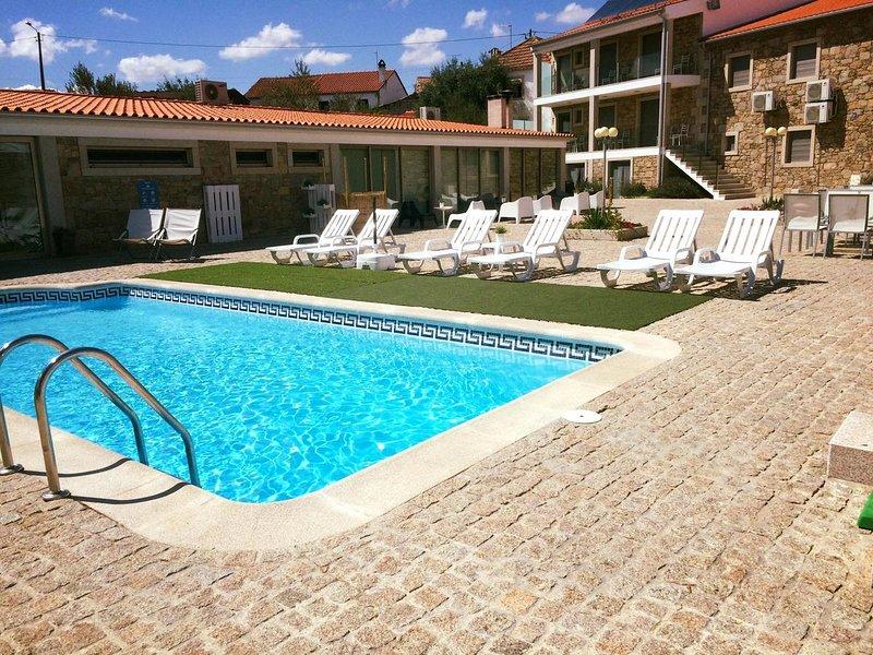 Nice house with shared pool & Wifi, aluguéis de temporada em Ceadea
