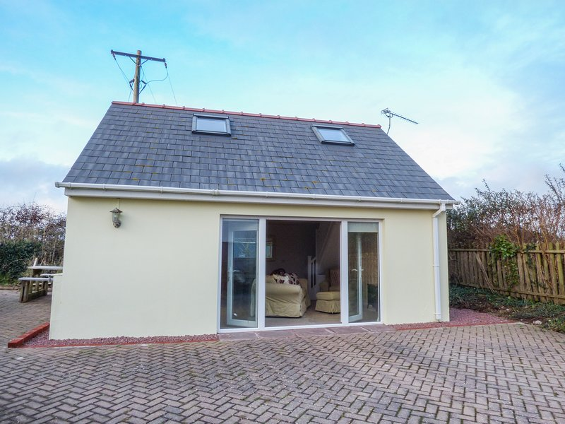 BURGAGE GREEN, detached cottage, WiFi, pet-friendly, near beaches, Ref 931438, holiday rental in Herbrandston