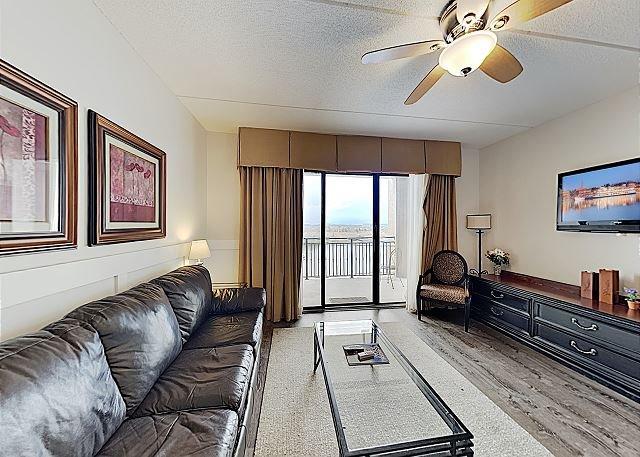 New Listing! Lovely Modern Condo w/ Balcony - Walk to Riverfront Park, alquiler vacacional en Leland