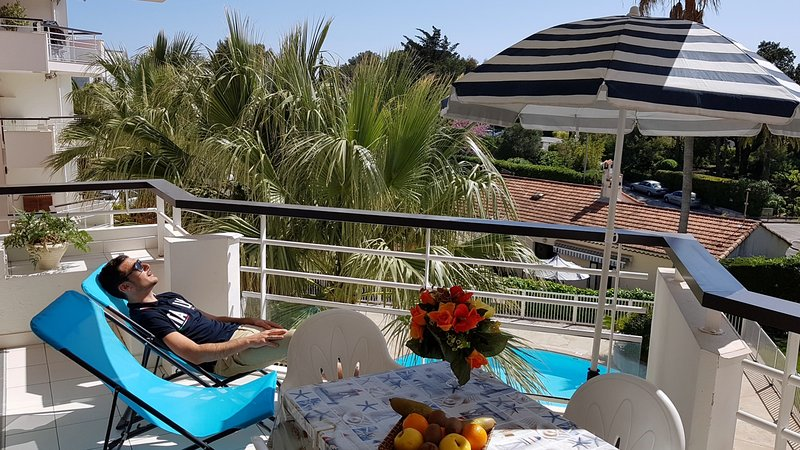 Charmant T2 en bord de mer avec belle terrasse, vue piscine, clim, Wifi, parking, holiday rental in Saint-Raphael