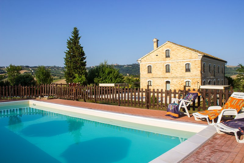 Amazing villa with swimming-pool, holiday rental in Montecarotto