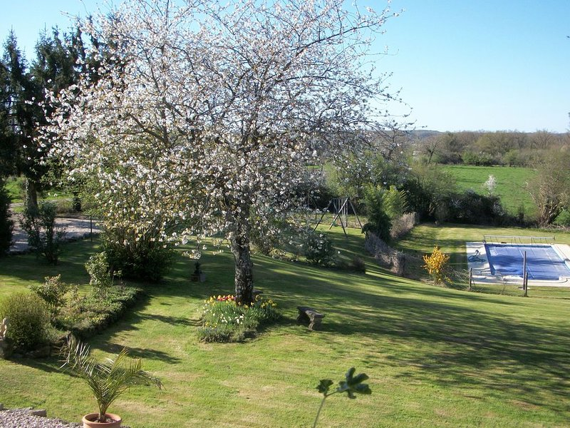 Les Marronniers Gites (Gîte 1) - cosy, rural cottage with pool, casa vacanza a Orsennes