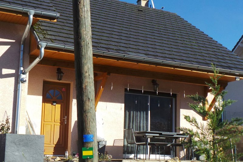 Nice house with terrace & Wifi, holiday rental in Lepin-le-Lac