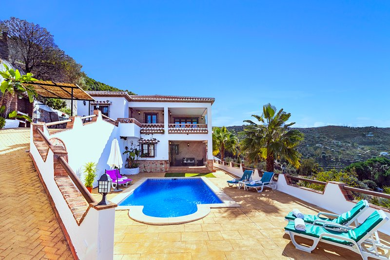 Amazing villa with swimming-pool, holiday rental in Canillas de Aceituno