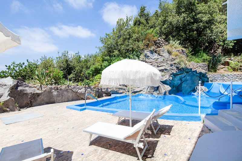 Spacious villa with swimming-pool, aluguéis de temporada em Lacco Ameno