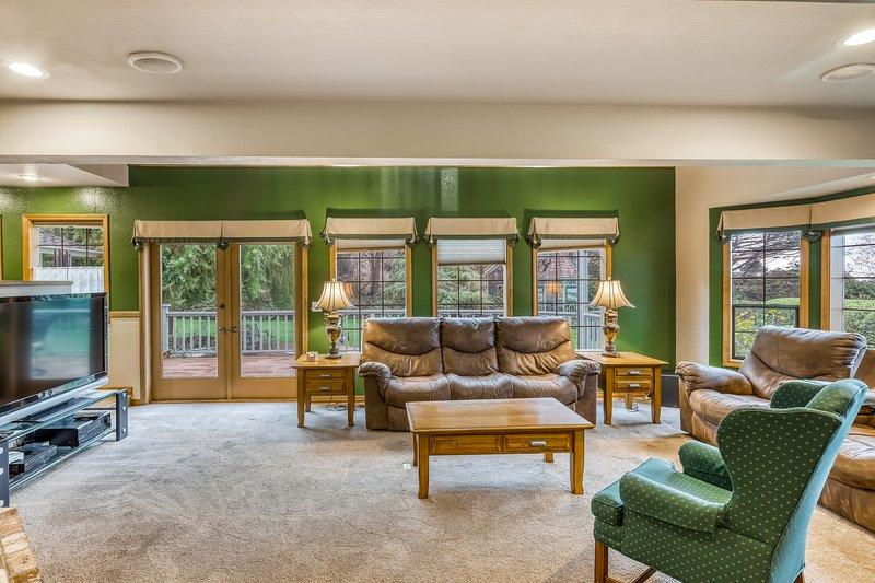 Dog-friendly house w/ ocean views, a private tennis court, & an air hockey table, location de vacances à McKinleyville