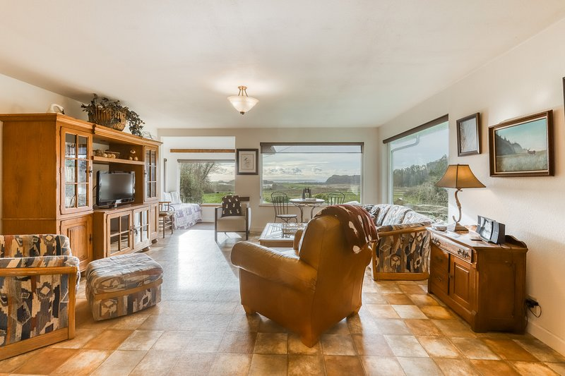 Beautiful home with ocean and beach views, wood-burning stove & firepit!, vacation rental in Orick