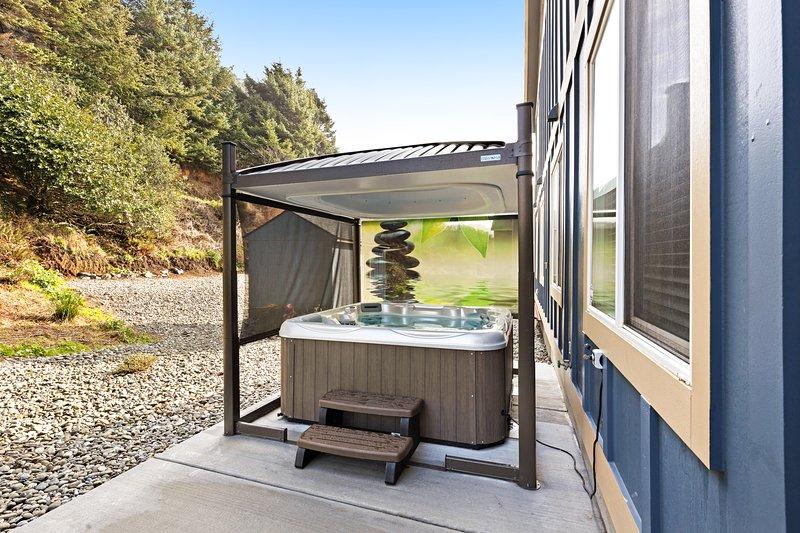 Beachy dog-friendly home, w/ ocean views, easy beach access & a private hot tub!, aluguéis de temporada em Wedderburn