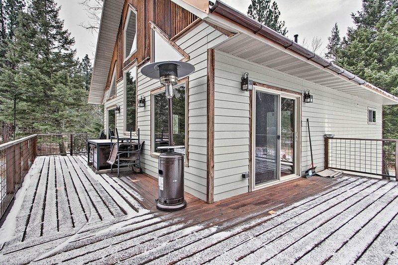 Los huéspedes pueden disfrutar de la terraza del segundo piso durante todo el año con un calentador de patio.