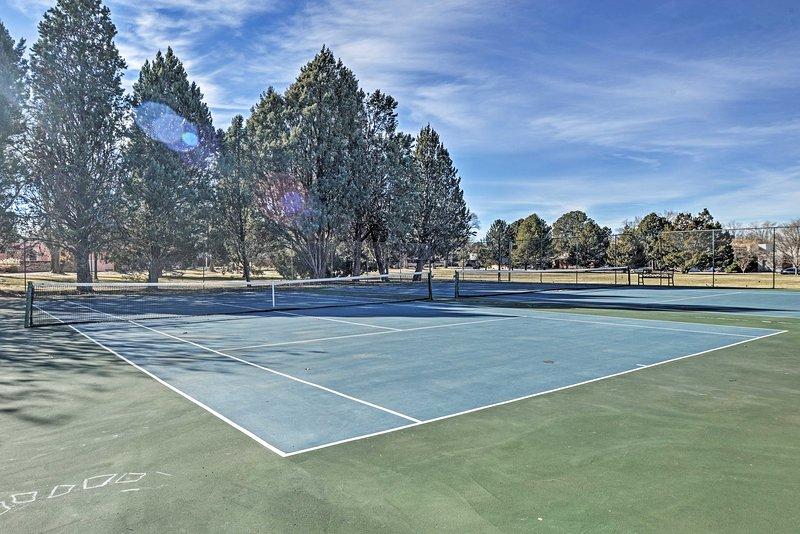 ¡Pasea por Altura Park para jugar al tenis!