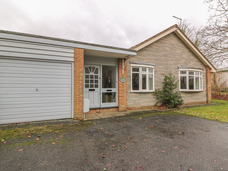 TREDERWEN, traditional bungalow, woodburner, dogs welcome, enclosed garden, in, vacation rental in St Harmon