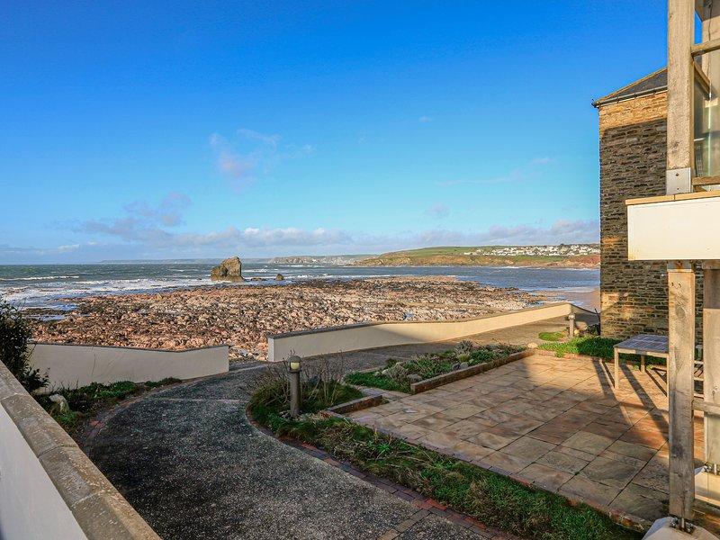 7 THURLESTONE ROCK, shared pool, beachside location, sea views, terrace., holiday rental in Hope Cove