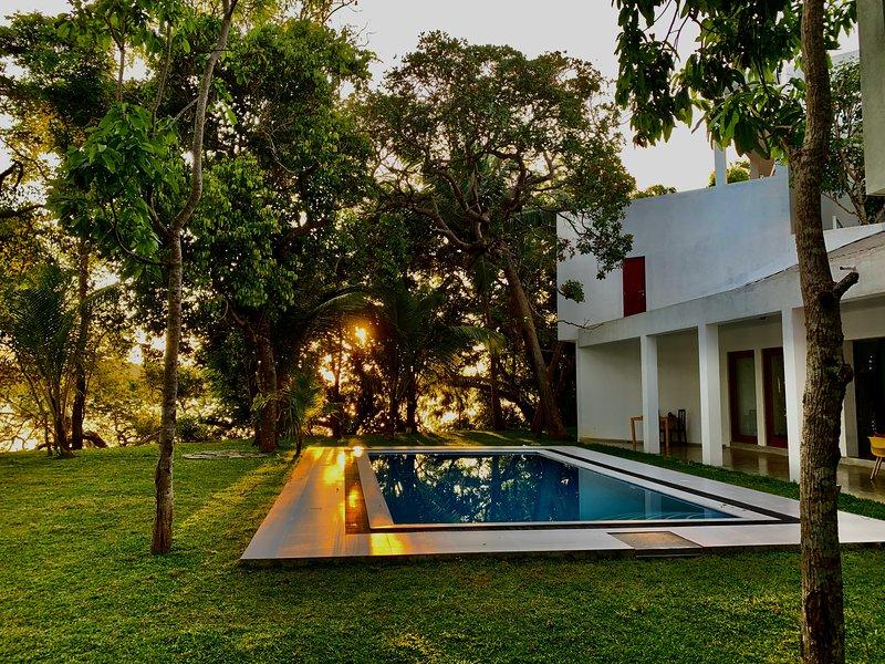 Sura Medura  luxury villa  with pool on a tranquil lake, holiday rental in Dodanduwa