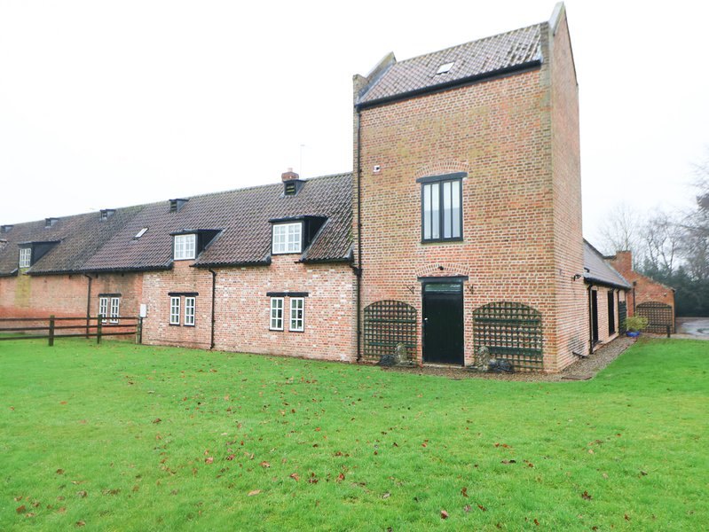 SMEATON MANOR STABLES, Grade II listed, hot tub, en-suites, large garden, near, vacation rental in Yarm