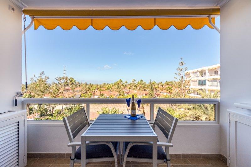 Desayuno o una bebida en el balcón.