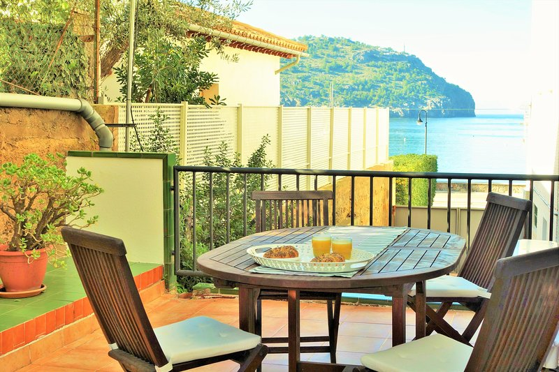 Soller Port Apartment, 60 m to the sea, big private terrace with barbecue., alquiler vacacional en Sóller