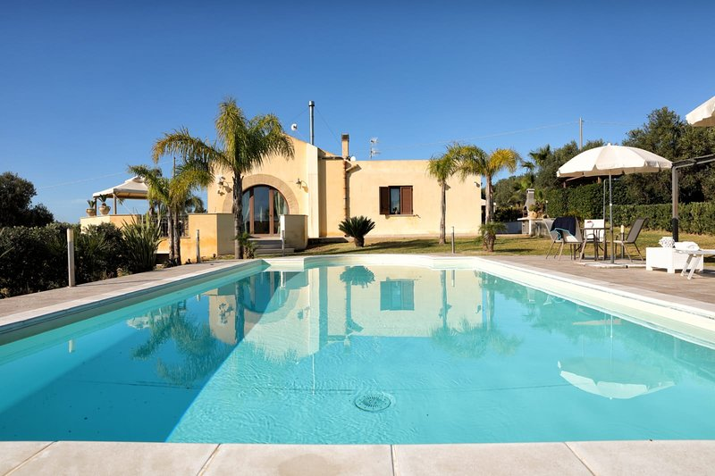 Spacious villa with swimming-pool, holiday rental in Dattilo