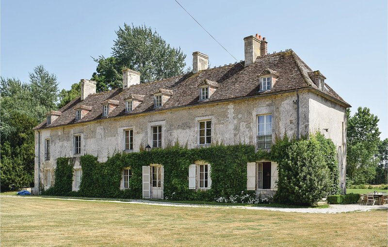 Awesome home in Vicques with WiFi and 5 Bedrooms (FNC080), holiday rental in Vignats