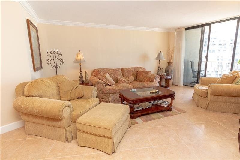 Furniture,Couch,Room,Indoors,Living Room