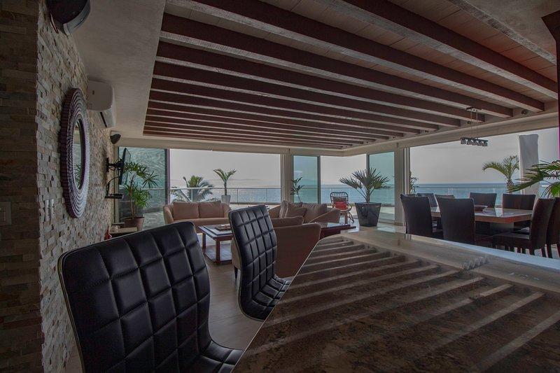 Beachfront Penthouse Condo w 3 Bed 3 Bath Massive Terraces & Ocean View, alquiler de vacaciones en Flamingos