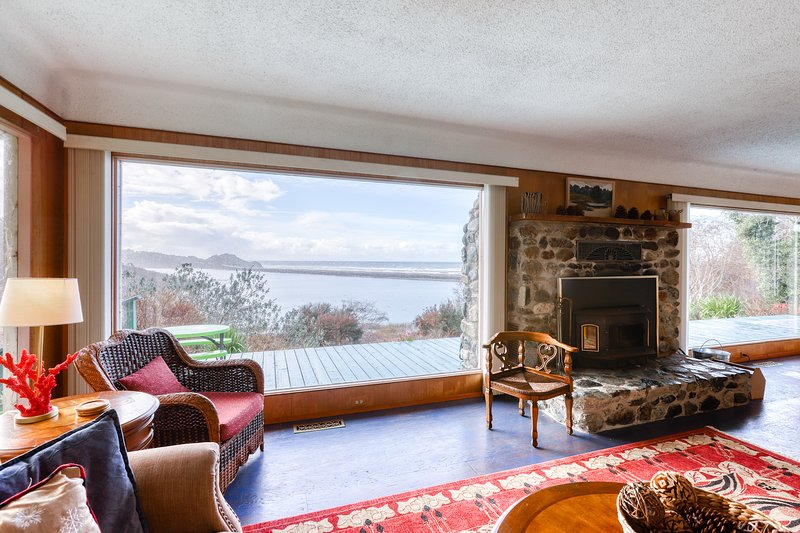 Dog-friendly, waterfront home w/private deck, ocean views, & Ping-Pong table, vacation rental in Klamath