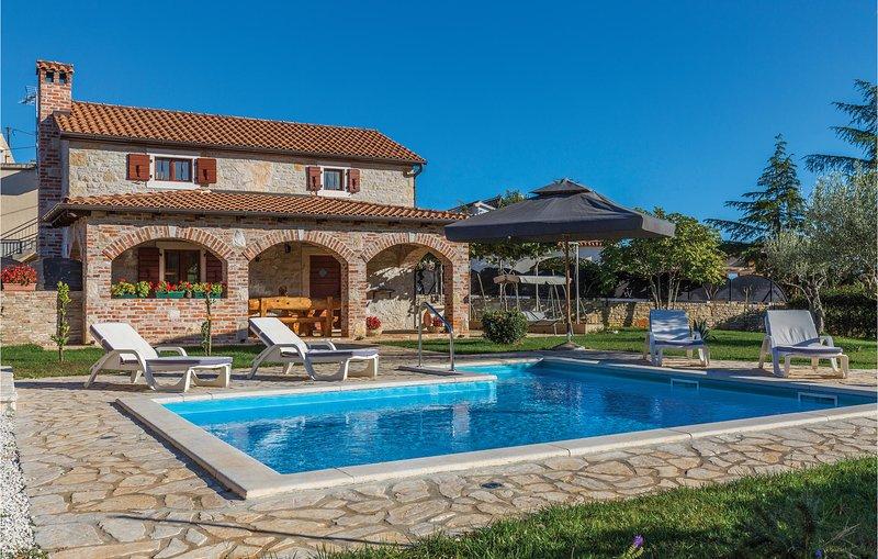 Amazing home in Porec with WiFi and 2 Bedrooms (CIE464), location de vacances à Kosinozici