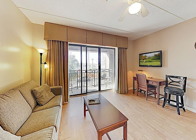 Condo w/ Private Balcony & Lovely River Views in Walkable Locale, alquiler vacacional en Leland