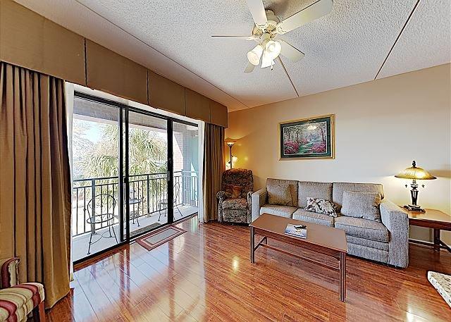 New Listing! Amazing Riverside Getaway w/ Private Balcony & Walkable Locale, alquiler vacacional en Leland