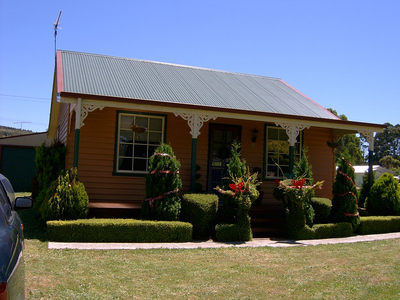 The 'Grand Ole Topiary' Cottage Accommodation, holiday rental in Hawley Beach