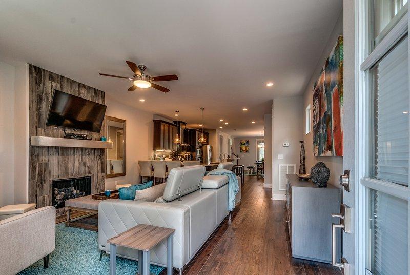 Soggiorno progettato su misura. Camino, TV 50 pollici, divano lettino Chase personalizzato.