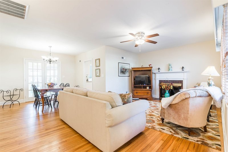 Greenville Oasis - 3 bedroom pet friendly home convenient to Cherrydale shops an, holiday rental in Greer