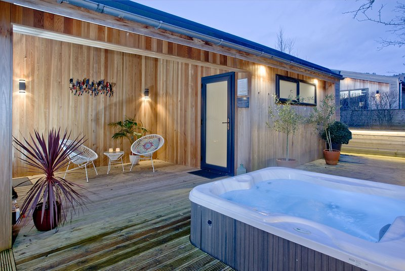 Nyland Lodge, Strawberryfield Park - A starlight roof and sunken hot tub create, holiday rental in Draycott