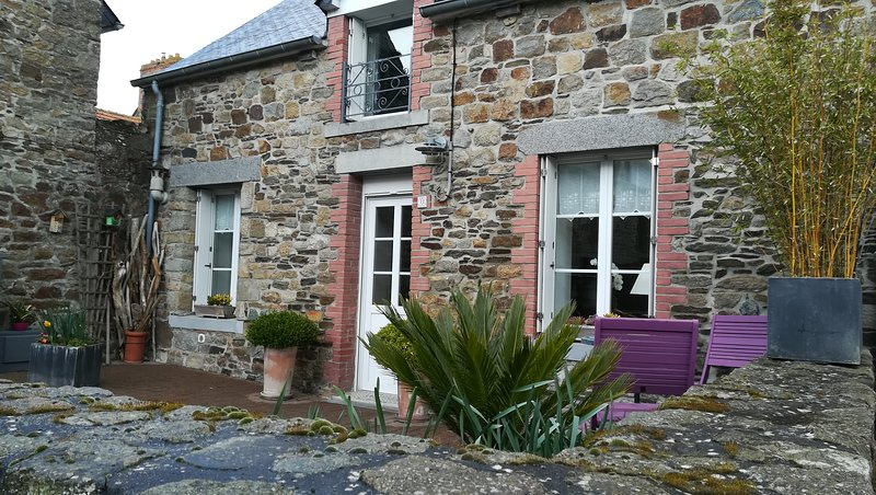 Beautiful house with terrace & Wifi, casa vacanza a Hirel