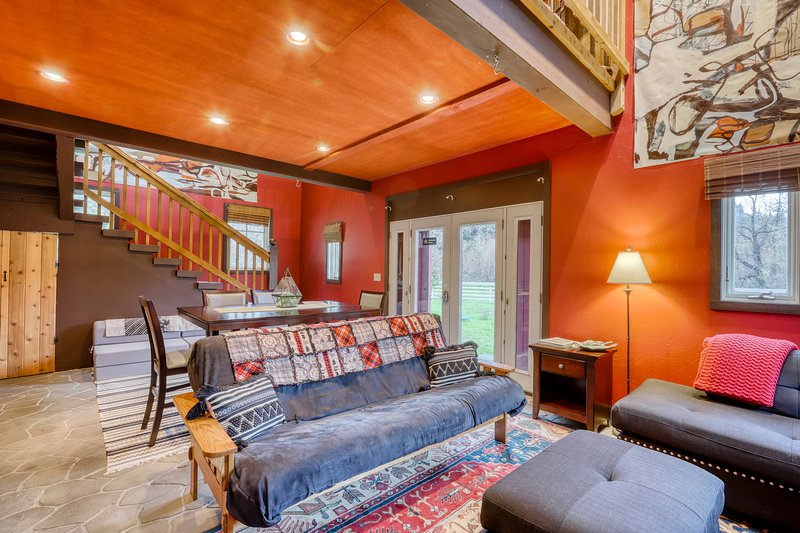 Upgraded two-story loft w/mountain views and gas fireplace, vacation rental in Orick