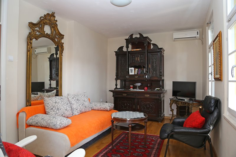 Romantic, elegant 2 bedroom apt, Herceg Novi, holiday rental in Meljine