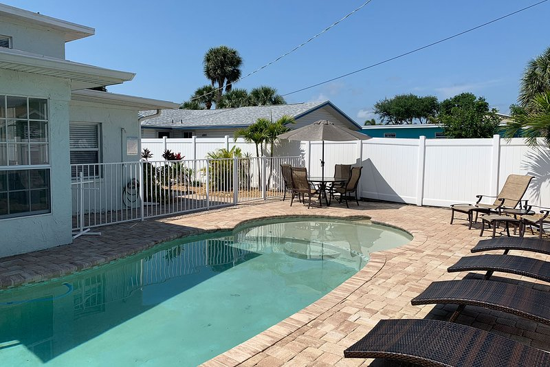 Recently Renovated Ground Floor 1BR 1BA Sleeps 4 w/ Pool, WiFi, 1 Block to Beach, holiday rental in Cape Canaveral