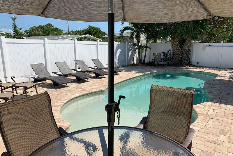 Recently Renovated 2.5BR/1BA Sleeps 5 w/ Private Pool, Wifi, Near the Beach, location de vacances à Cap Canaveral