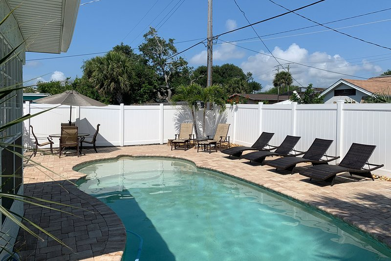 Recently Renovated 1BR/1BA Sleeps 4 w/ Private Pool, WiFi, Near the Beach, holiday rental in Cape Canaveral